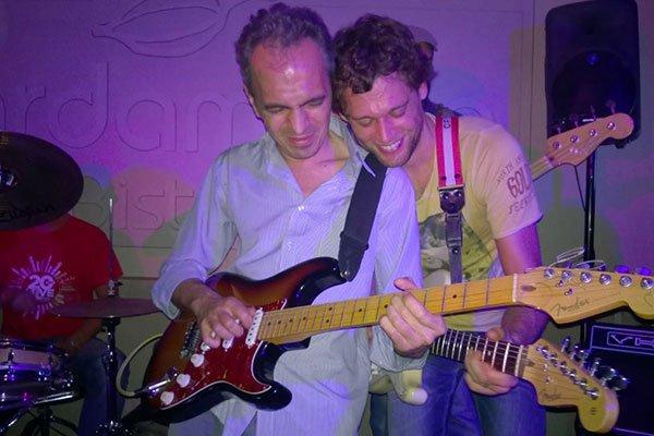 due persone che suonano la chitarra elettrica
