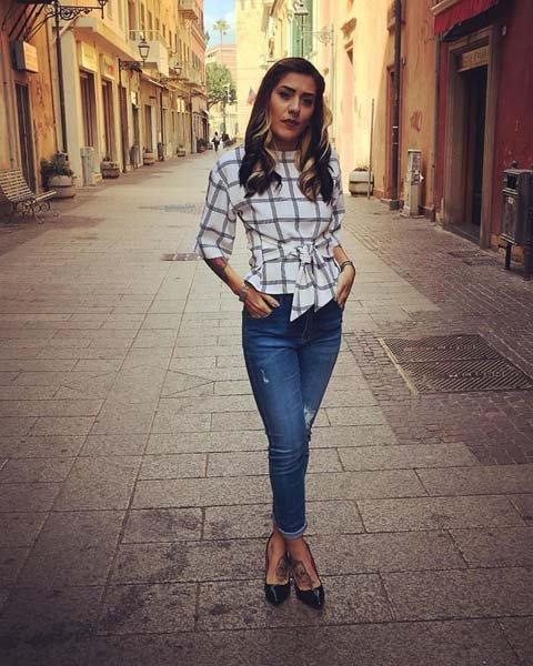 modella con jeans e camicia a quadrati