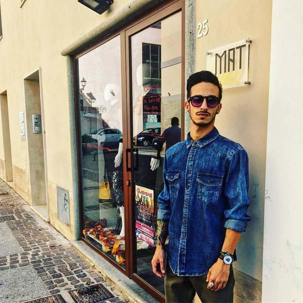 uomo con camicia di jeans