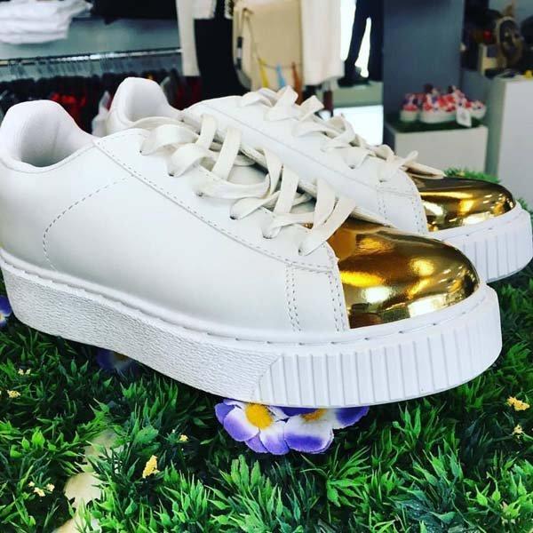 scarpe bianche con parte davanti gialla lucida