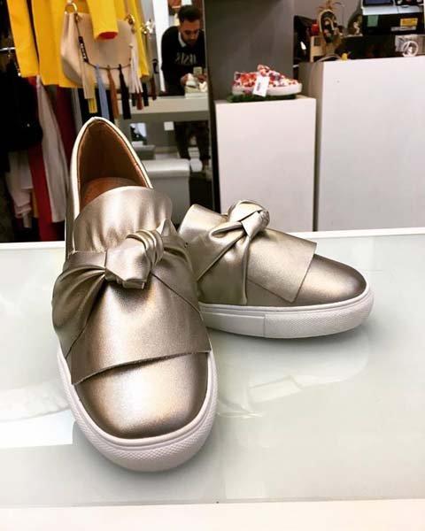 scarpa da doinna chiusa e con un fiocco davanti