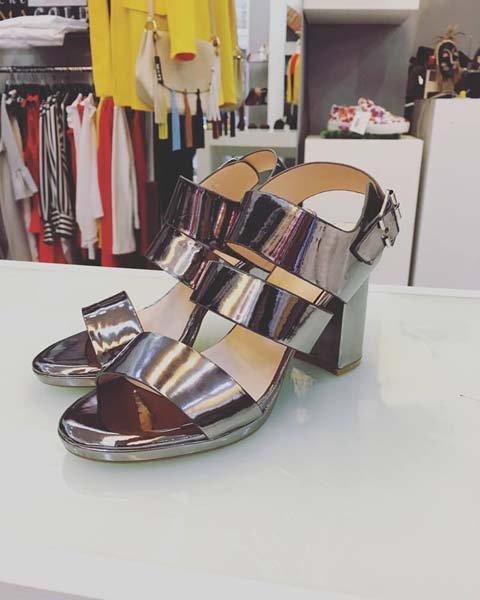 sandali con il tacco color argento