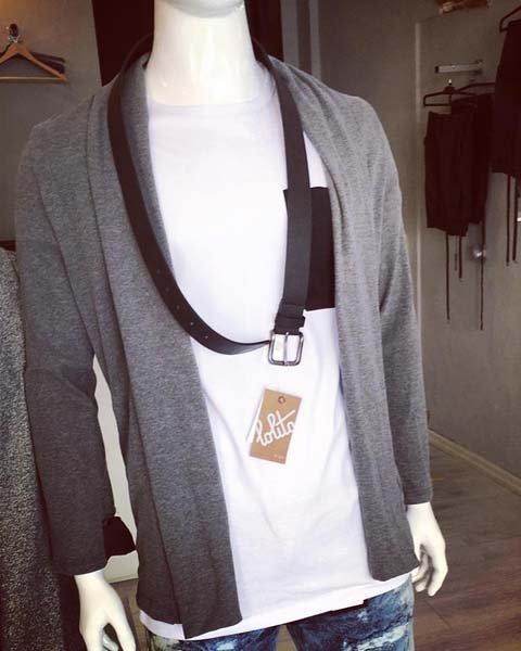 manichino con maglai bianca giubino grigio e cintura