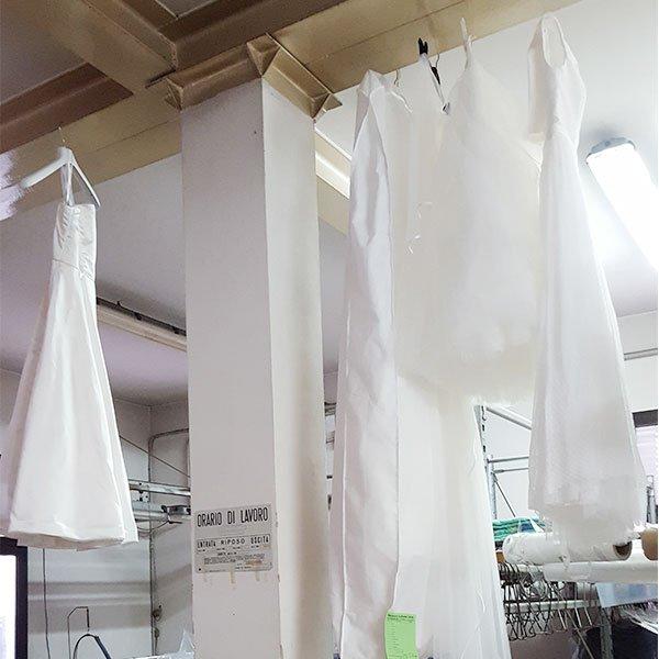 Vari abiti da sposa appeso dopo essere lavati e stirati