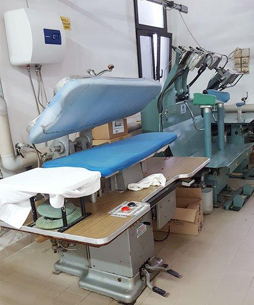 Interno del business, varie macchine stireria industriale