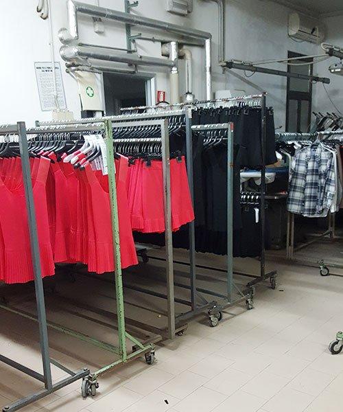 Uniformi pronti in attesa di essere consegnati