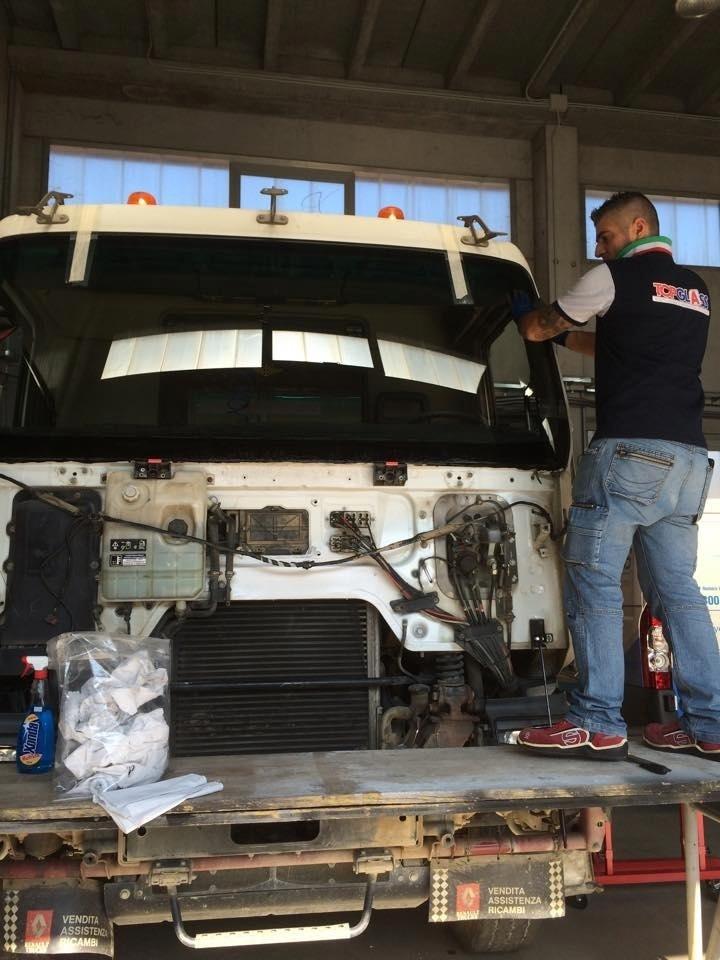 sostituzione vetri mezzi speciali
