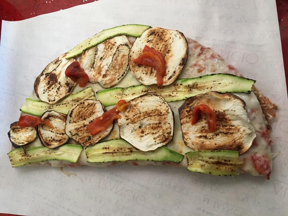 trancio di pizza con zucchine e melenzane