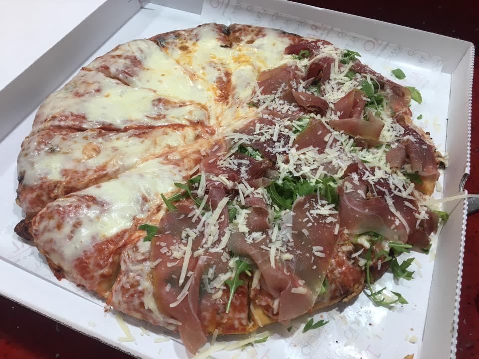pizza metà margherita e metà prosciutto