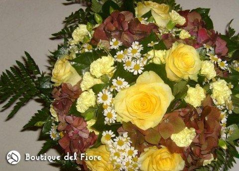 rose gialle e margherite