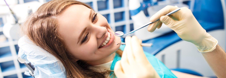 ragazza durante una visita dal dentista