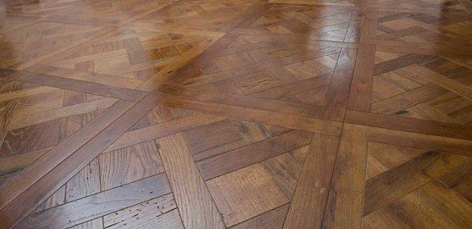 parquet a trama incrociata legno scuro