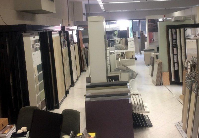 vista dello showroom con vari campioni esposti