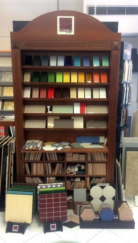 scaffale contenente campioni colorati di vario genere per rivestimenti