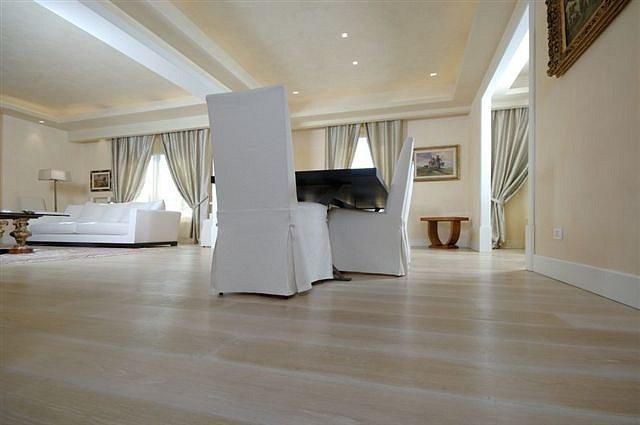 un soggiorno con due sedie bianche
