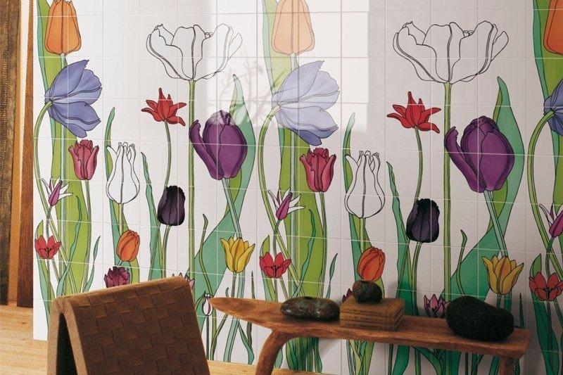 dettaglio di una parete con piastrelle a fantasia colorate