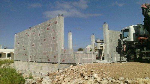 Costruzione con mattoni di cemento
