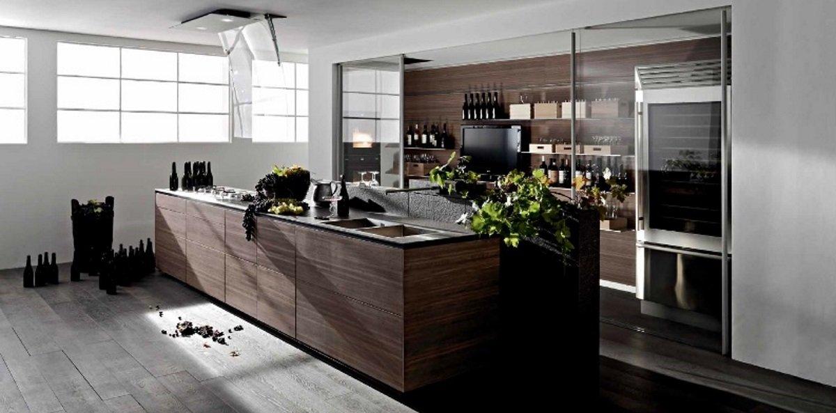 una penisola di una cucina in legno marrone