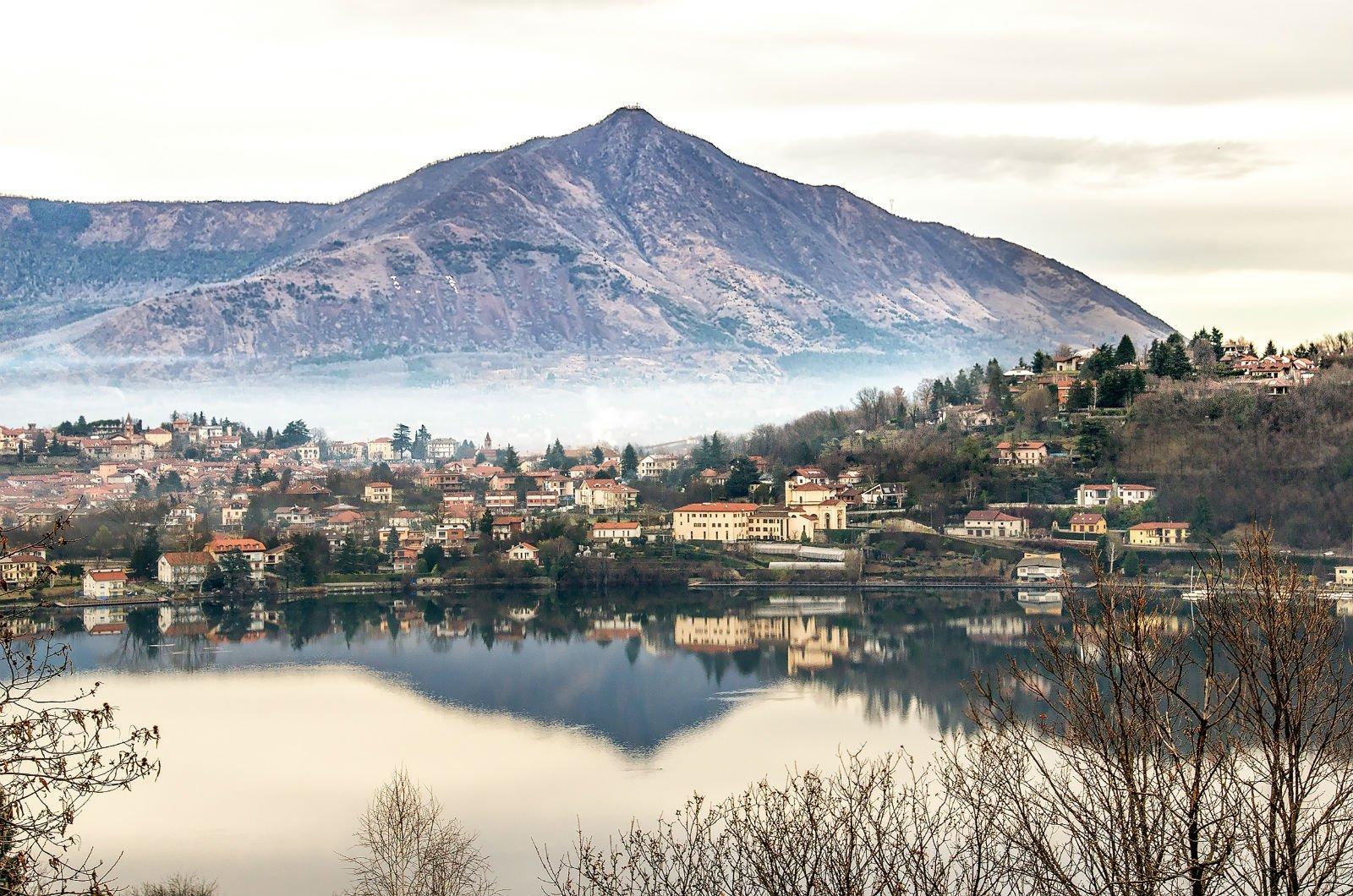 paesaggio collinare con lago