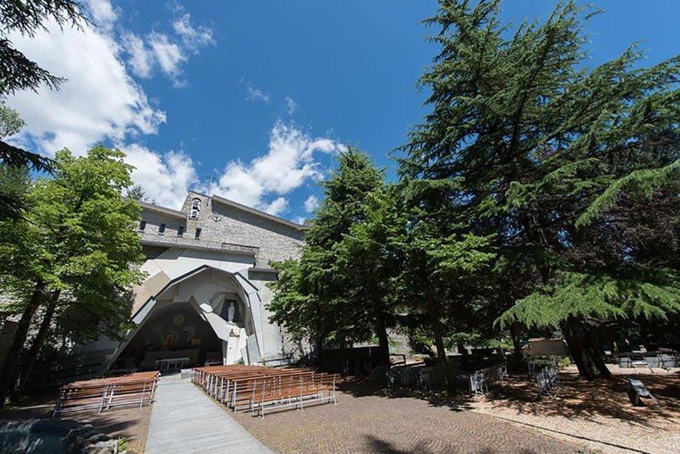 vialetto esterno di chiesa