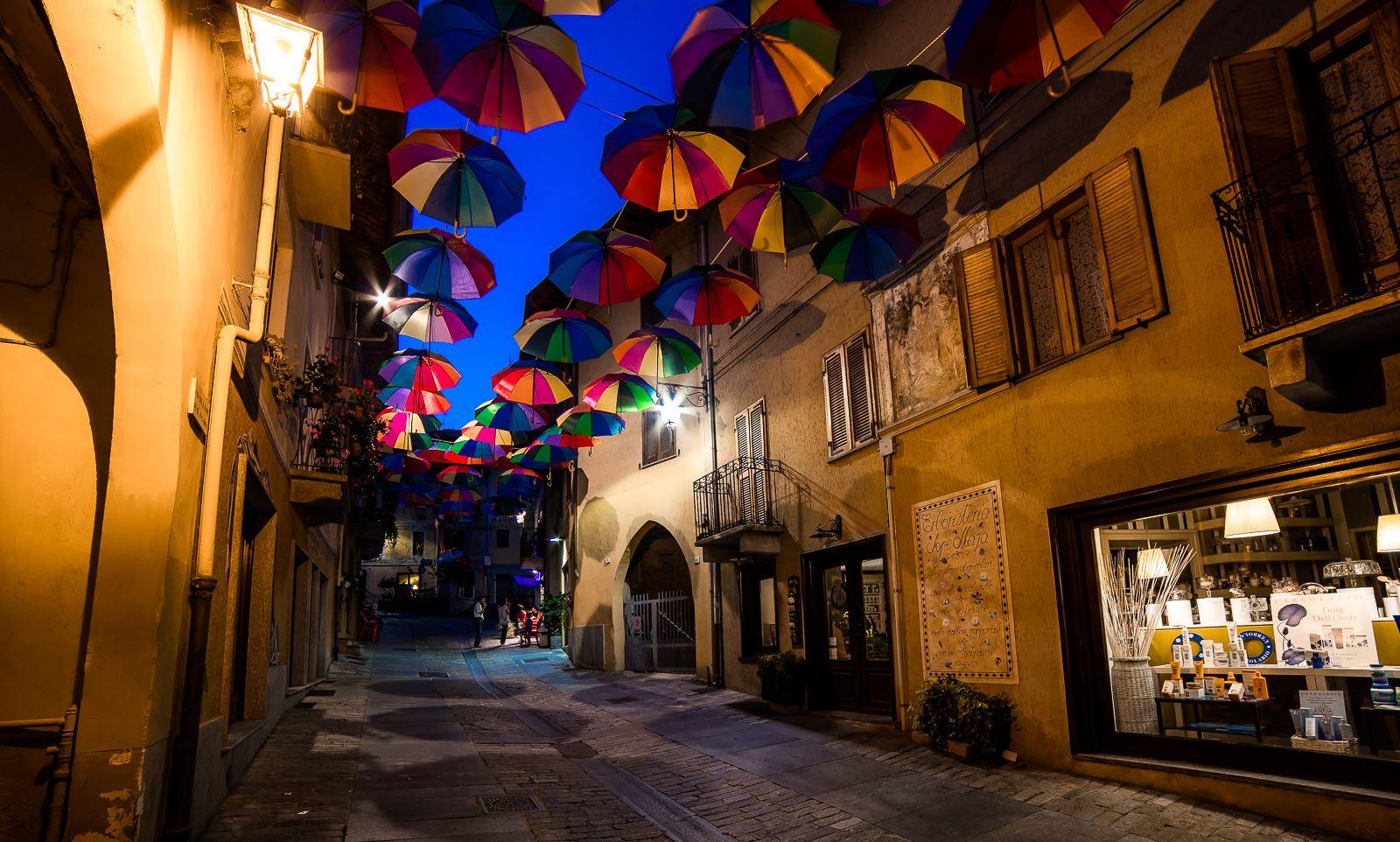 centro storico con ombrelli
