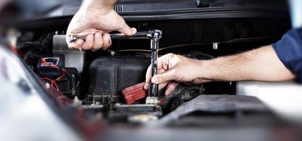 Meccanico ripara auto