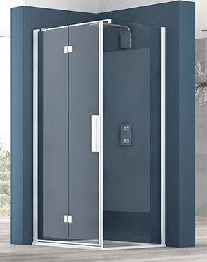 un box doccia e dietro un muro blu