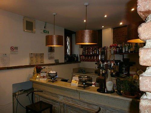 vista del bar in legno, macchina per il caffè