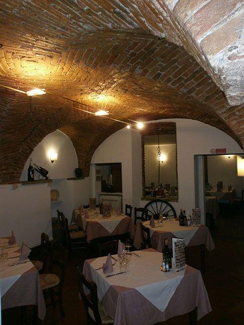 Interno del ristorante, tetto di mattoni, mobili di legno