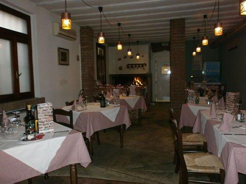 interno del ristorante, altro angolo, caminetto in fondo