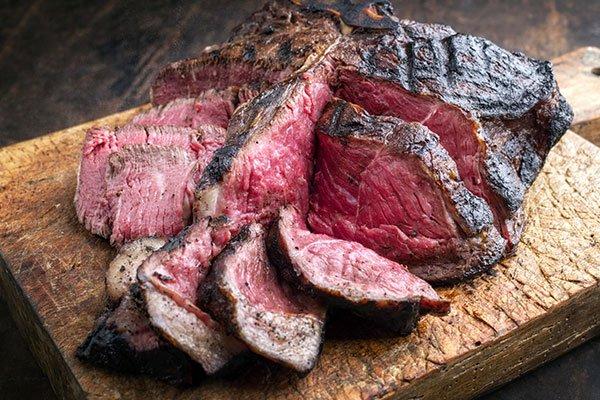 un tagliere con della carne alla brace