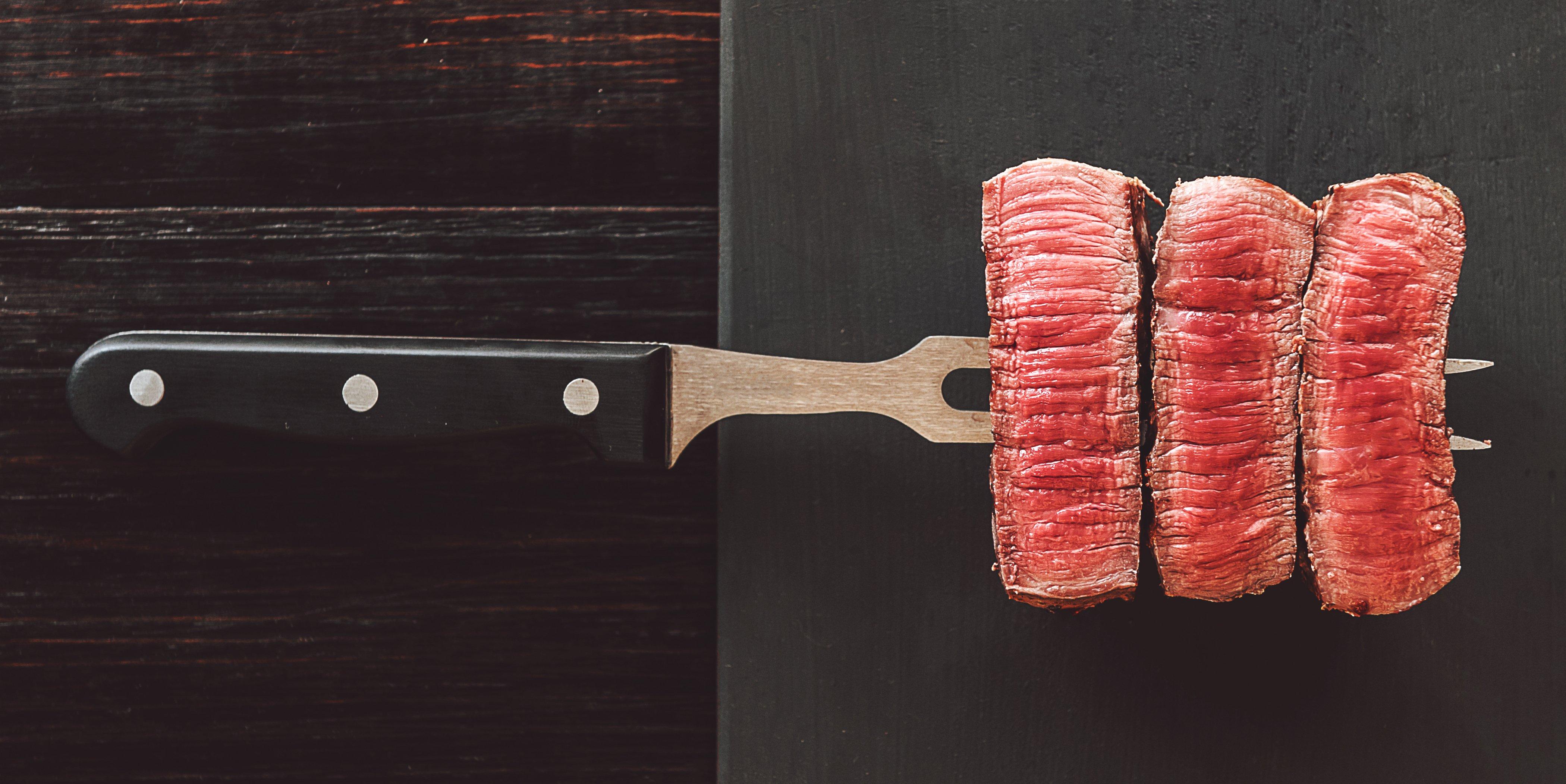 un forchettone con tre pezzi di carne