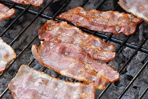 del bacon sulla griglia