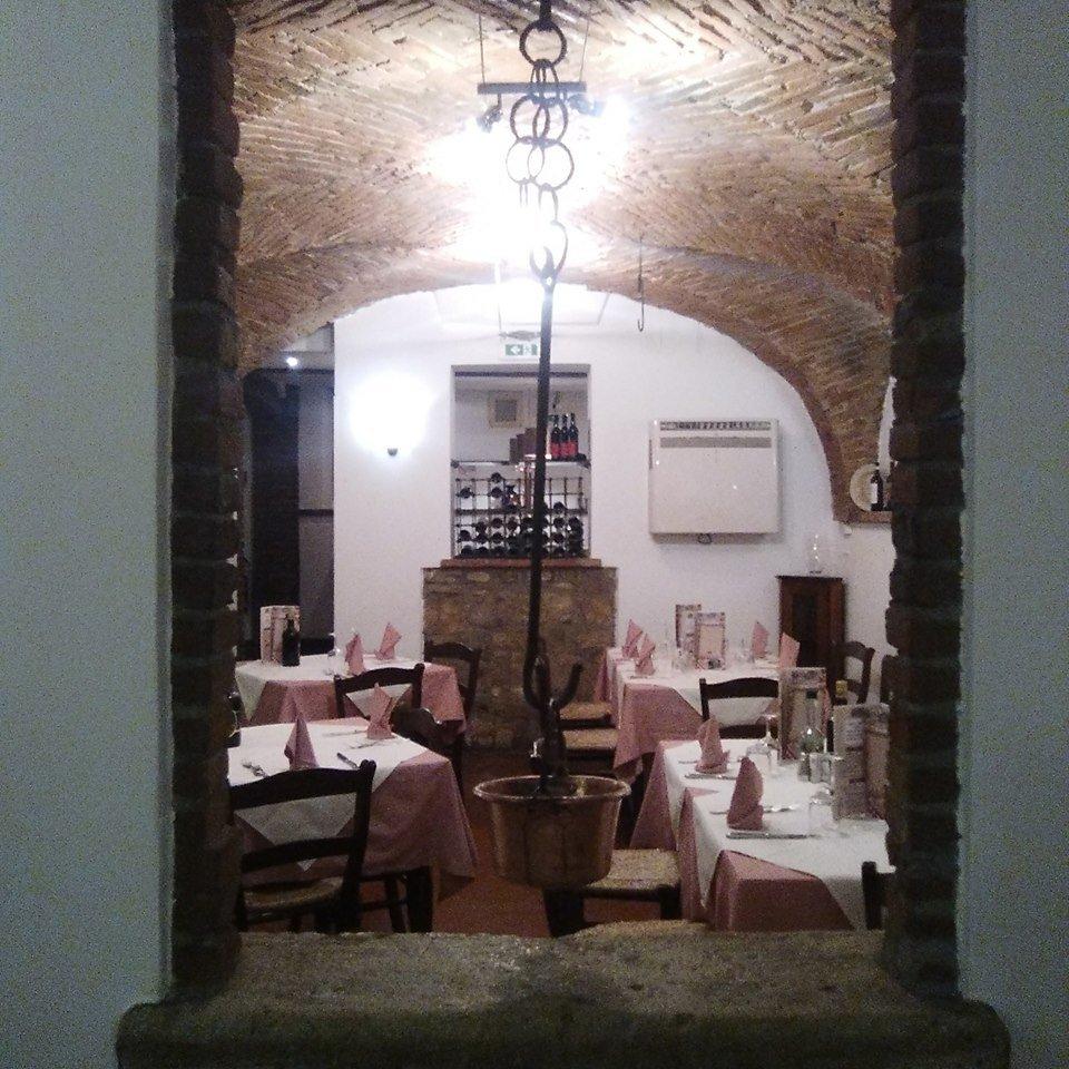 vista da una finestra dei  tavoli all'interno del ristorante