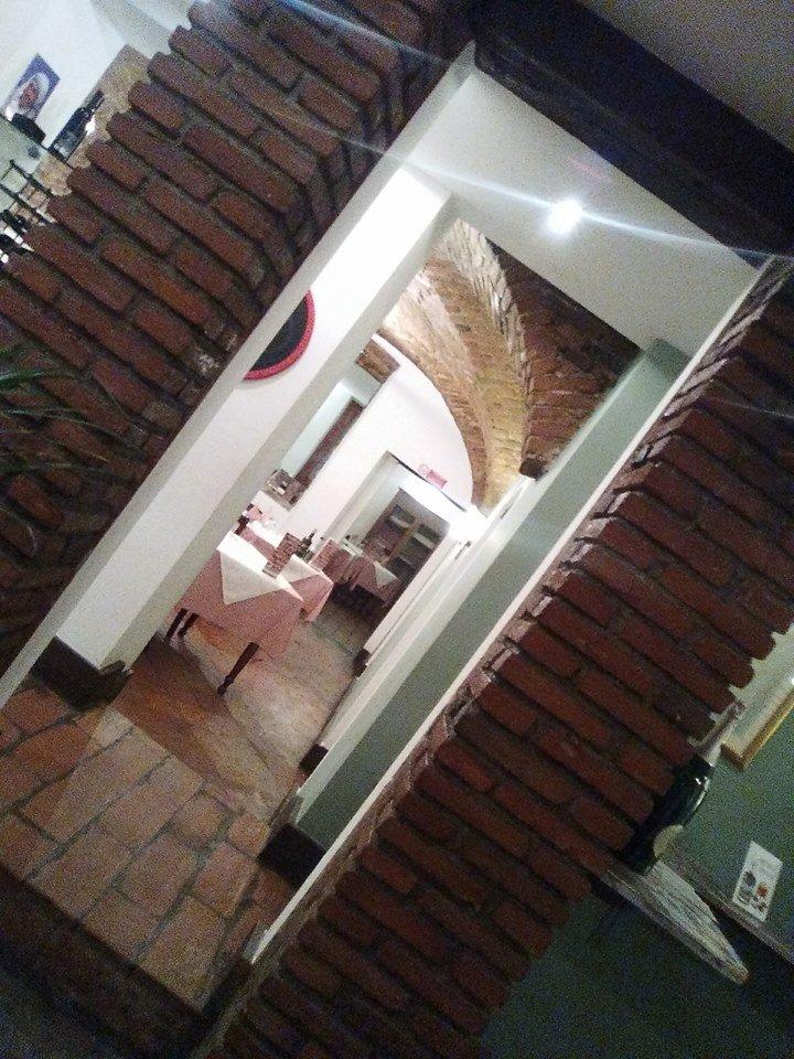 vista da un corridoio dei  tavoli all'interno del ristorante