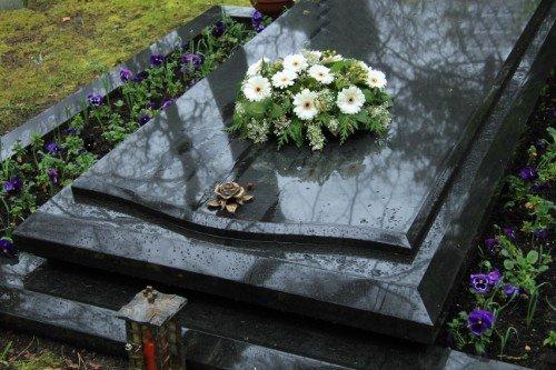 lapide grigia con fiori bianchi