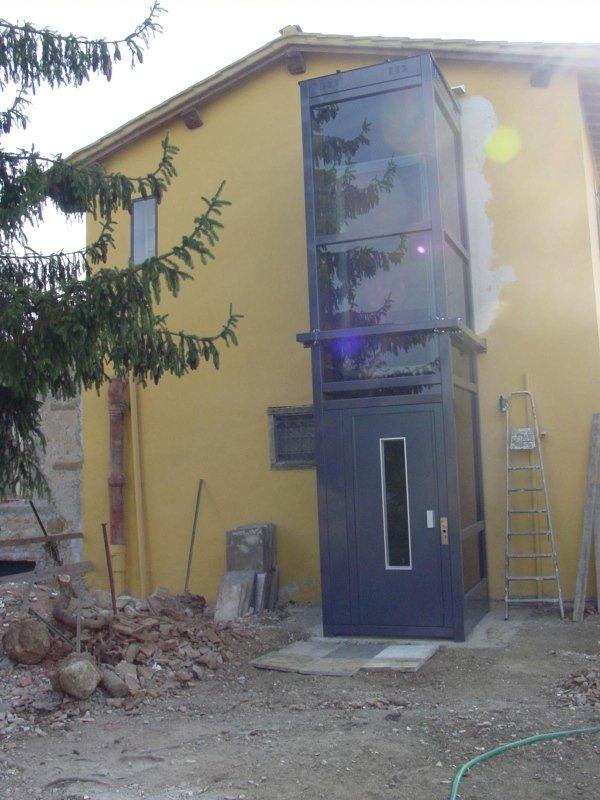 Elevatore esterno in casa colonica