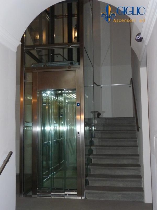 Vano scale con ascensore trasparente