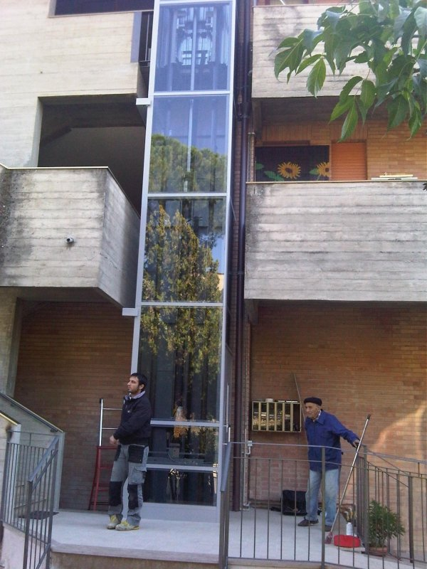 Elevatore a vetri esterno in condominio