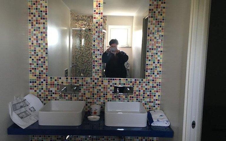 Specchio bagno con mosaico in pietra