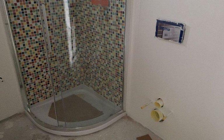 Decorazione in pietra a mosaico per doccia