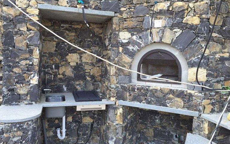 Dettaglio forno a legna in pietra