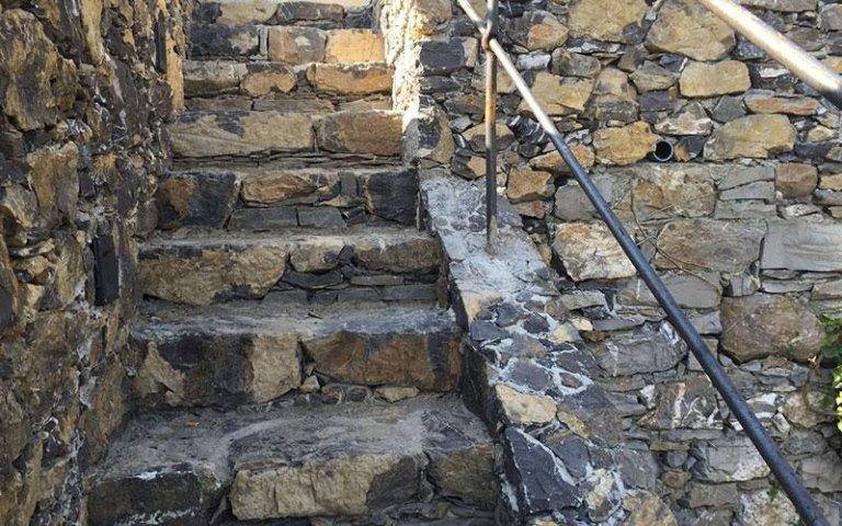 Restauro muri in pietra genova ait costruzioni impianti for Scala in pietra lavica