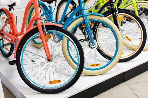 tre bici grazielle di color rosso,azzurro e nero