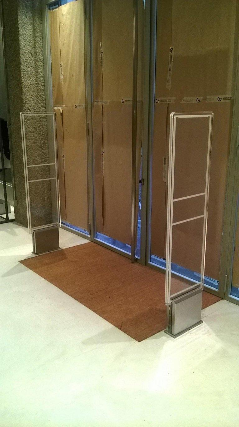 Due barriere antitaccheggio all'interno di un negozio