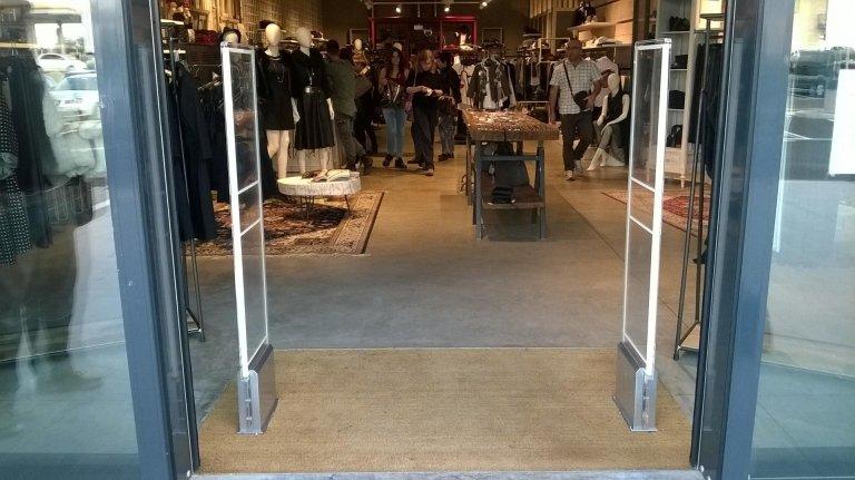 Due barriere antitaccheggio e delle persone in un negozio di abbigliamento