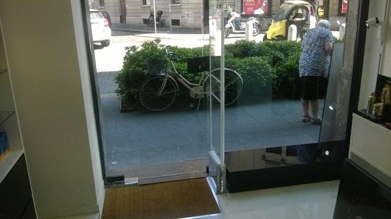 Una barriera antitaccheggio all'interno di un negozio con vista dell'esterno