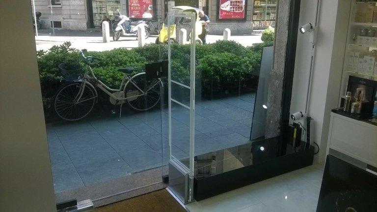 La barriera antitaccheggio all'interno di un negozio e vista di una bicicletta fuori