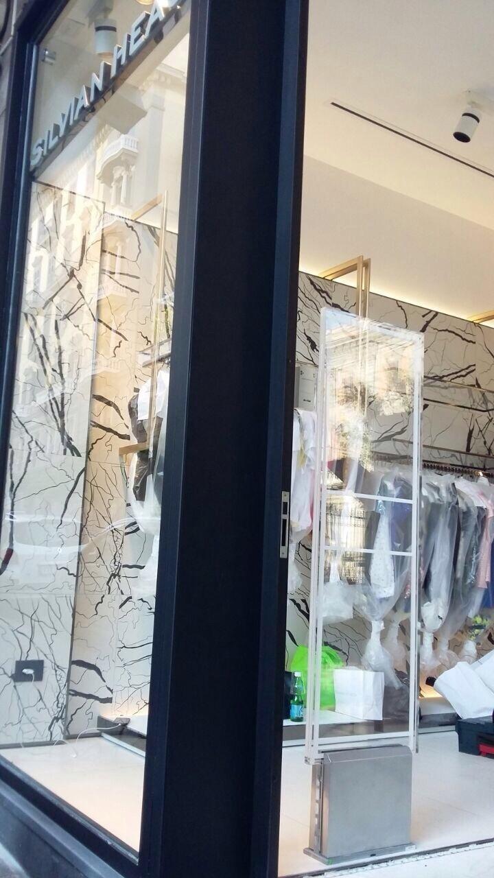 Una barriera antitaccheggio in un negozio di vestiti