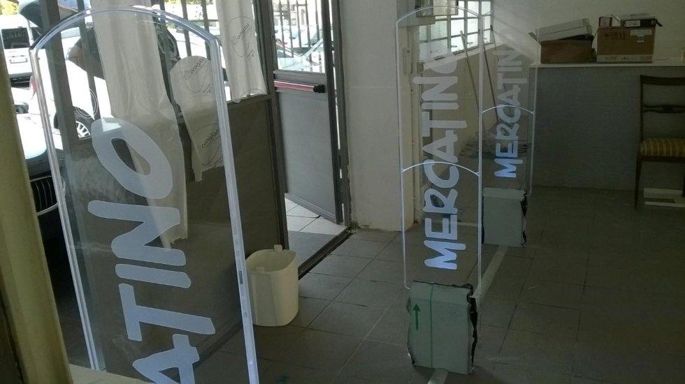 Barriere antitaccheggio con la scritta Mercatino